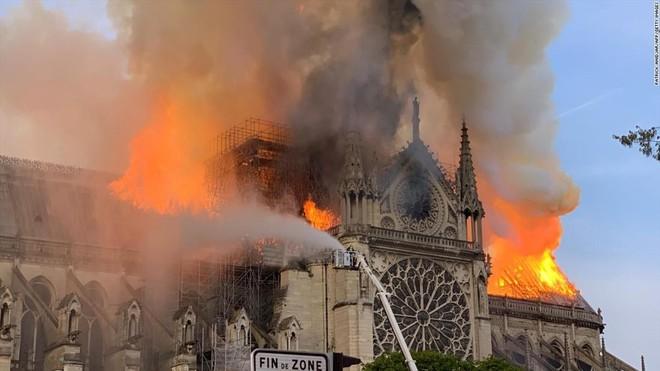 Nhà thờ Đức Bà cháy lớn vào chiều tối 15-4 tại Paris