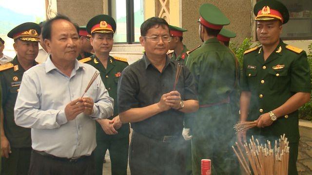 Lãnh đạo 2 tỉnh Quảng Bình và Khăm Muộn dâng hương, tỏ lòng biết ơn sâu sắc đối với các anh hùng, liệt sĩ