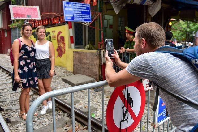 Du khách vẫn xếp hàng chụp ảnh ở phố cà phê đường tàu