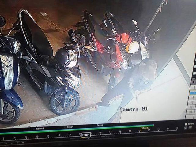 Hình ảnh được ghi lại từ camera an ninh cho thấy cảnh đối tượng đập vỡ tủ kính tiệm vàng, cướp tài sản