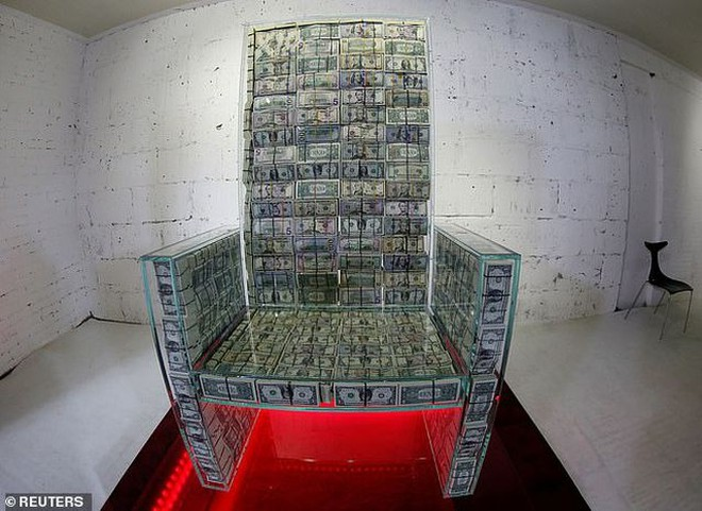 """Chiếc ghế """"Money throne x10"""" của tỷ phú Nga được làm từ 1 triệu USD"""