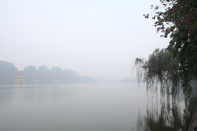 Sáng 14-12, khu vực Hồ Hoàn Kiếm dày đặc sương mù
