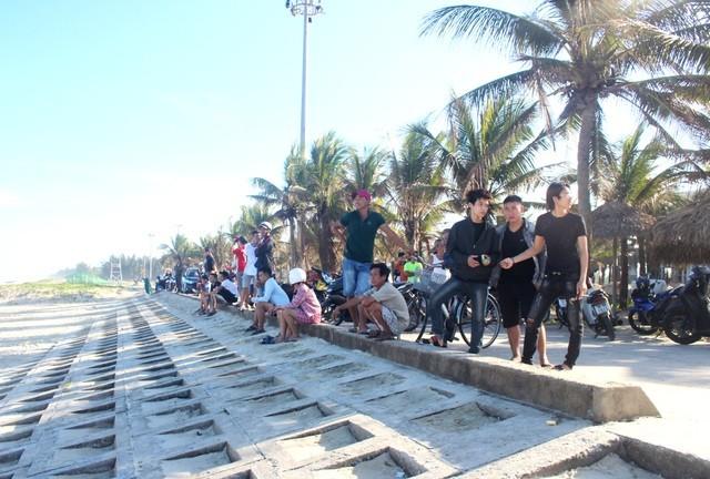 Người dân có mặt tại hiện trường vụ du khách nước ngoài mất tích khi tắm biển Tam Thanh
