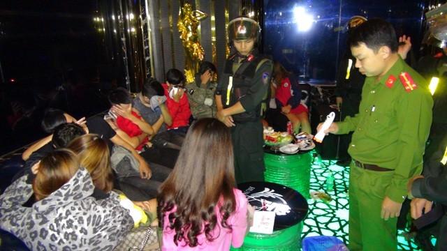Cảnh sát đột kích cơ sở karaoke tại Quảng Ngãi phát hiện 50 thanh niên phê ma túy