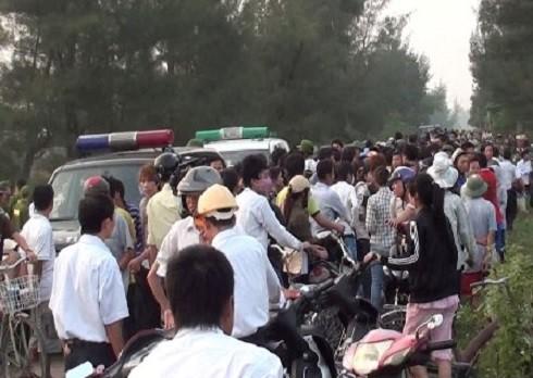 Hàng trăm người dân bao vây cẩu tặc