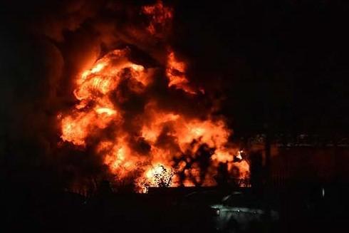 Ngọn lửa bùng lên dữ dội khi chiếc trực thăng rơi