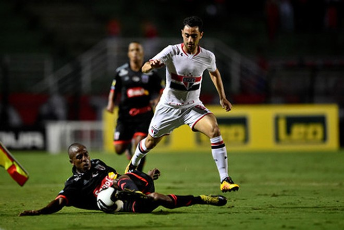 """Correa (áo trắng) được ví như """"Messi của bóng đá Brazil"""" nhờ kĩ thuật rất tốt"""