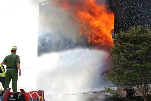Quán bar có nhiều vật dụng dễ cháy nên ngọn lửa bùng lên dữ dội