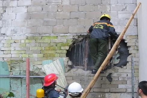Cảnh sát PCCC phải đục tường để tiếp cận đám cháy tại vũ trường New Phương Đông
