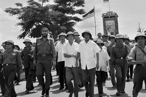Thủ tướng Phạm Văn Đồng và đồng chí Fidel Castro, Bí thư thứ nhất Ban Chấp hành Trung ương Đảng Cộng sản Cuba, Thủ tướng Chính phủ Cách mạng Cuba thăm thị trấn Đông Hà (Quảng Trị) bị chiến tranh phá hủy, đang được khôi phục lại (tháng 9-1973). Ảnh tư liệu: TTXVN