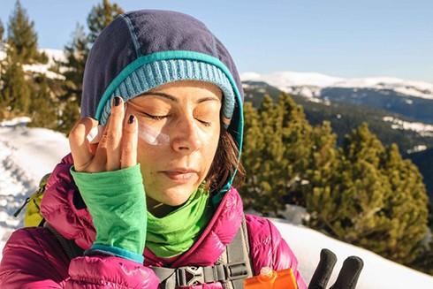 Vào mùa đông, bạn vẫn nên bôi kem chống nắng bởi tia bức xạ có thể đâm xuyên qua tầng ozone và mây mù gây hại tới da