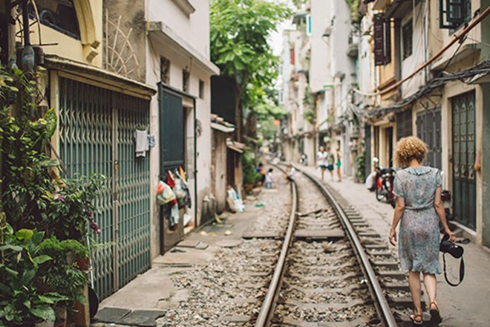 """""""Ít có nơi nào mà văn hóa chụp ảnh selfie lại dễ thấy như ở Hà Nội, nơi mà cái mới xen cái cũ mang đến một khung nền ảo diệu để du khách chụp ảnh"""", Lilit Marcus của CNN đã viết như thế khi nói về """"phố đường tàu"""""""