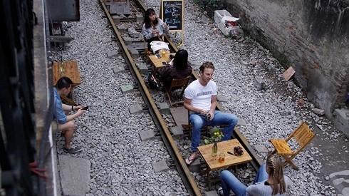 Nhiều khách nước ngoài uống cà phê trên đường tàu (ảnh: Đình Hiếu)