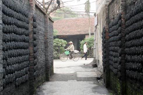 Làng gốm bát tràng vẫn còn hơn 150 lò nung dùng than. Ảnh Vnexpress