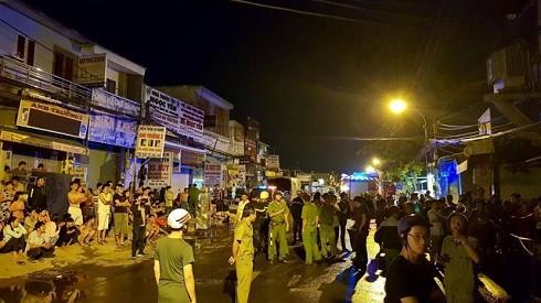 Các chiến sĩ cảnh sát PCCC và công anh được huy động đến chữa cháy, cứu người bị nạn. (Ảnh: Dân trí)