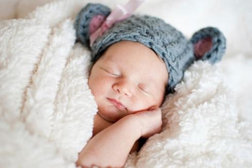 Mẹ cần chọn quần áo ngủ cho con sao cho an toàn, thoải mái và giúp bé duy trì thân nhiệt tốt nhất. Đồ ngủ của bé không nên dày, bí quá.