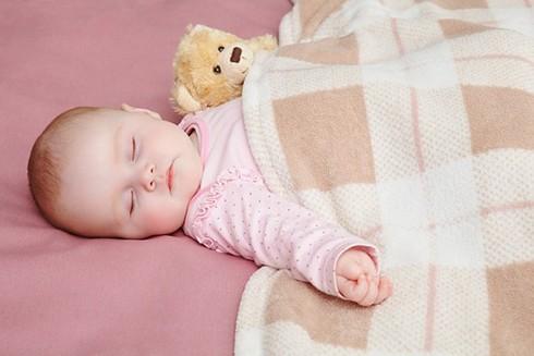 Giữ ấm cho trẻ trong mùa đông như thế nào mới đúng cách? ảnh 3