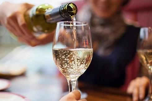Để tránh hủy hoại men răng, bạn không nên đánh răng ngay sau khi uống rượu vang trắng