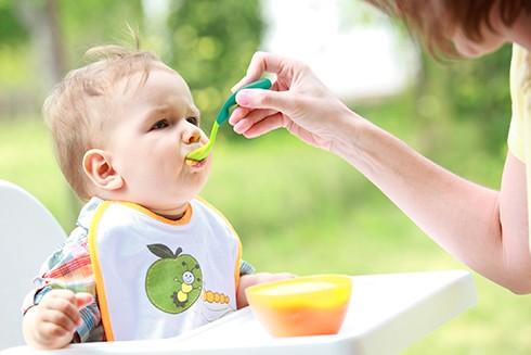 Không nên ép trẻ ăn nhiều quá vì sẽ khiến trẻ chán và sợ ăn
