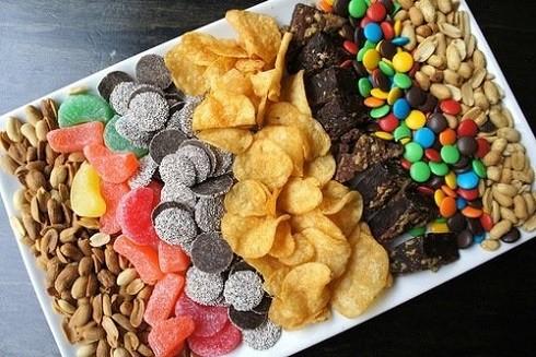 Ngoài ra những thực phẩm này không khiến bạn có cảm giác no, ăn nhiều có thể dẫn đến dư thừa năng lượng không cần thiết nhưng lại thiếu chất dinh dưỡng, dẫn đến cơ thể suy giảm thể lực và dễ mắc bệnh