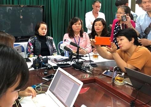 Mẹ học sinh P và hiệu trưởng trường Tiểu học Quang Trung, Đống Đa, Hà Nội có mặt trong buổi làm việc với báo chí chiều 6-12