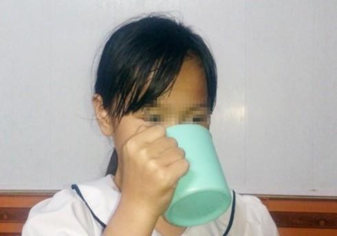 Nữ sinh P.A bị cô giáo bắt uống nước giặt giẻ lau bảng vì mất trật tự trong lớp