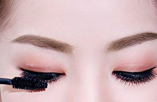 Những thói quen hàng ngày gây hại cho mắt mà bạn cần phải bỏ ngay ảnh 8