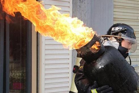 Người lính cứu hỏa có thể bê bình gas đang cháy một cách an toàn