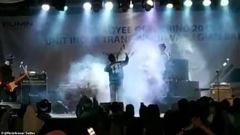 Ban nhạc rock đang biểu diễn thì bất ngờ bị sóng thần cuốn trôi