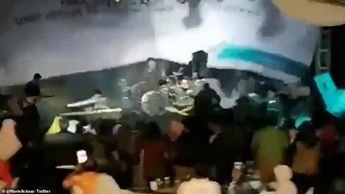 Khoảnh khắc hỗn loạn tại buổi tổng kết cuối năm có sự tham gia của ban nhạc xấu số