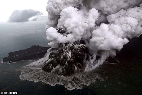 Núi lửa phun trào gây ra trận sóng thần kinh hoàng tối 22-12-2018 ở Indonesia