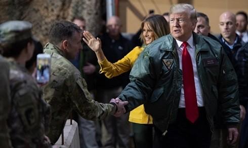 Tổng thống Mỹ và phu nhân thăm căn cứ không quân tại Iraq