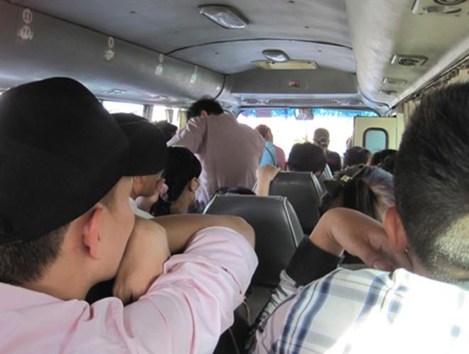 [ẢNH]: Kinh hoàng cảnh nhồi nhét khách trên những chuyến xe ngày tết ảnh 11
