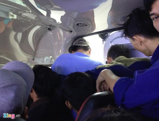 [ẢNH]: Kinh hoàng cảnh nhồi nhét khách trên những chuyến xe ngày tết ảnh 13
