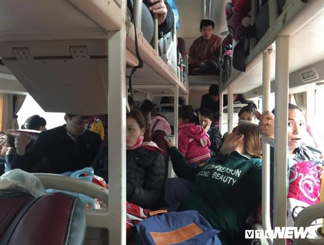 [ẢNH]: Kinh hoàng cảnh nhồi nhét khách trên những chuyến xe ngày tết ảnh 2