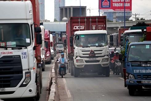 Xe container lưu thông với mật độ dày đặc trên xa lộ Hà Nội (đoạn qua địa bàn Q.9, TP.HCM)