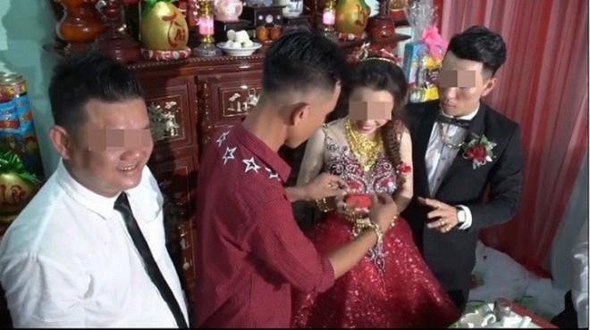 """Những cô dâu """"vẹo cổ"""" vì đeo vàng ngày cưới"""