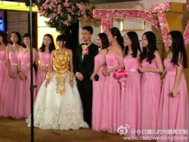 """Những cô dâu """"vẹo cổ"""" vì đeo vàng ngày cưới ảnh 11"""
