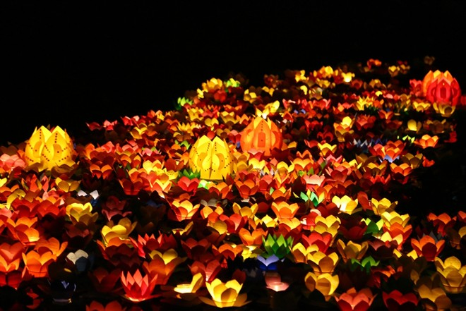 Hoa đăng lung linh trên sông trong ngày Rằm tháng giêng hay còn gọi là Tết Nguyên Tiêu