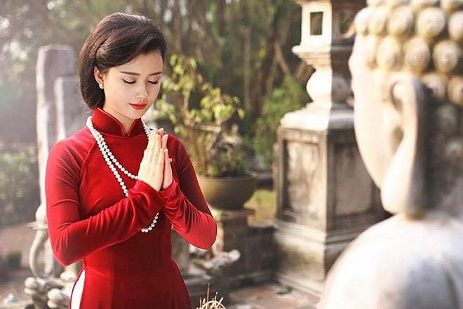 Nhiều gia đình tới lễ chùa trong ngày Rằm tháng Giêng