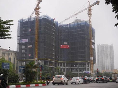 """Những công trường xây dựng như thế này thường được """"kèm"""" thêm một nhóm nhân viên tư vấn dự án ở ngay vỉa hè trước mặt"""