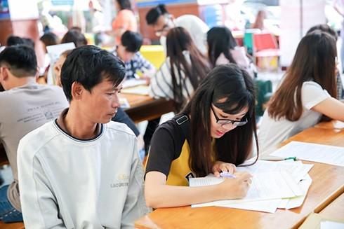 Thí sinh thực hiện hồ sơ xét tuyển vào Đại học