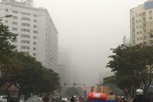 Trời Hà Nội mù mịt giống hiện tượng sương mù - Ảnh: XUÂN LONG