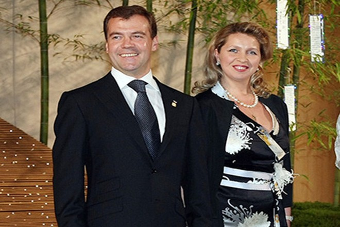Medvedev trong bộ comle lịch lãm cùng với vợ Svetlana (Nguồn: RT)