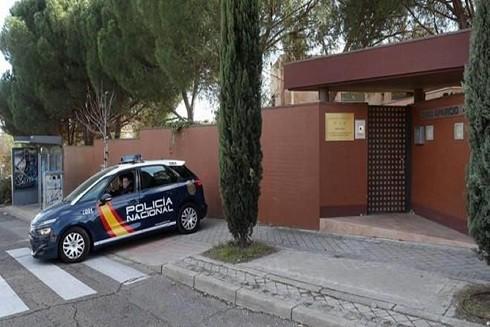 Xe cảnh sát đậu trước cổng đại sứ quán Triều Tiên ở Tây Ban Nha