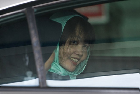Đoàn Thị Hương nở nụ cười khi rời tòa thượng thẩm ở ngoại ô Kuala Lumpur