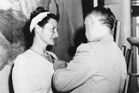 Tháng 9-1945, Virginia Hall được trao tặng danh hiệu Thập tự (Nguồn: Getty)