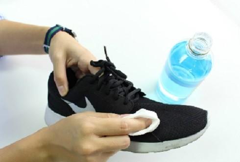 Cách đánh bay mùi hôi chân khi đi giày vào mùa hè ảnh 1