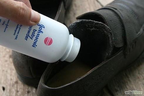 Bạn nên rắc một ít phấn rôm trẻ em vào giày trước khi đi chúng