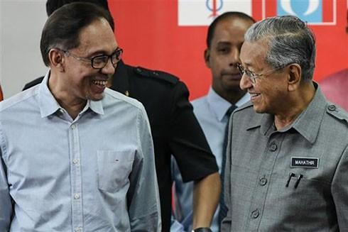 Thủ tướng Malaysia Mahathir Mohamad (phải) và ông Anwar Ibrahim (trái) tại cuộc họp báo ở Kuala Lumpur ngày 01-6-2018 (Nguồn: AFP)